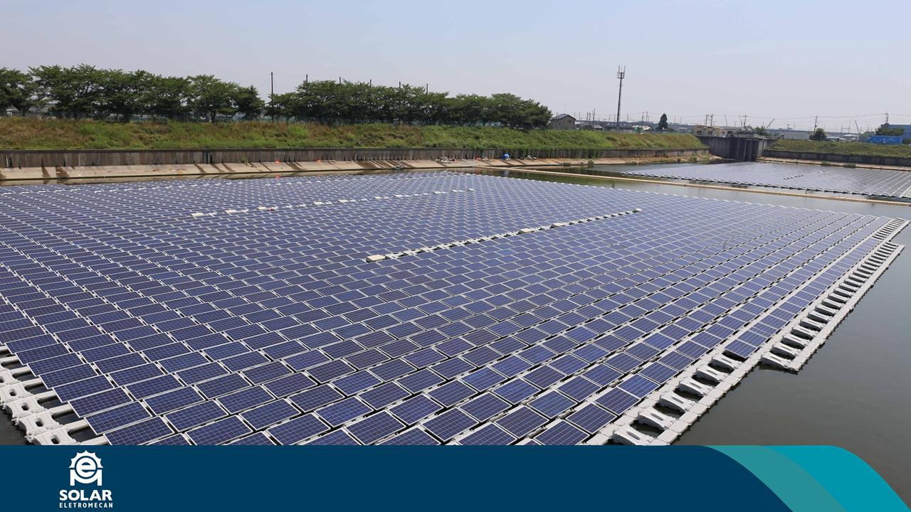 Imagem apresenta painéis fotovoltaicos flutuantes